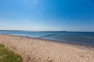 DER RUEGENMAKLER - Strand in Dranske mit Blick nach Hiddensee