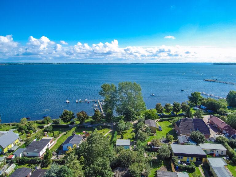 Luftbildaufnahme mit Wasserblick