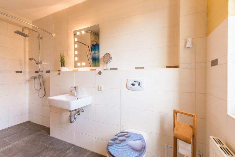 Wohnung EG rechts - Badezimmer